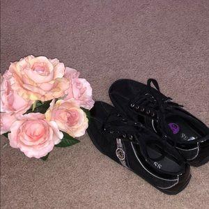 GUESS: Sleek black sneakers